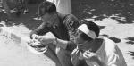 À Saint-Cyprien, près de Perpignan, dans les années 60, les estivants se régalent de quelques sardines grillées. Collection RIBIERE/ SIPA