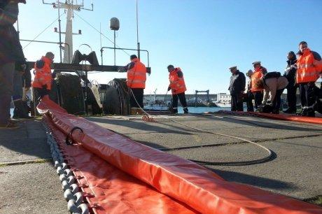Un exercice de lutte contre une pollution maritime au large de la rochelle charente maritime - Le boute en train la rochelle ...