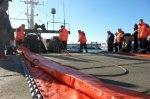 Ce mardi matin, au port de la Pallice, à La Rochelle, les marins en train de charger le dispositif nécessaire à l'exercice de lutte contre la pollution maritime. (P.B.)