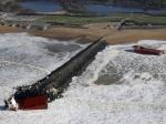 Un cargo de 100 mètres de long s'est littéralement cassé en deux sur une digue d'Anglet, dans les Pyrénées-Atlantiques, ce 5 février. Récit en images du sauvetage de son équipage. (Regis Duvignau / Reuters)
