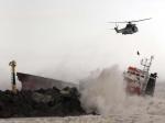 """Ci-dessus, un secouriste descend de l'hélicoptère vers le navire. Le pilote du Puma, le capitaine Benjamin Bougault, a évoqué un """"sauvetage exceptionnel"""" dans des conditions météo difficiles. (Bob Edme/AP/SIPA)"""