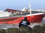 Les deux parties du Luno, à Anglet, le 5 février. Les onze marins du cargo qui se trouvaient à bord avec un pilote du port de Bayonne sont sains et saufs. (Bob Edme/AP/SIPA)