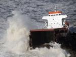 Vue aérienne du cargo. Le navire était à vide, mais contenait 127 mètres cubes de fioul, l'équivalent de quatre camions-citernes. (Regis Duvignau / Reuters)
