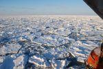 Une vue de la banquise arctique au large du Spitzberg. Les mesures satellitaires montrent une tendance à une baisse de l'extension de ces glaces de mer. Des particules liées à l'activité humaine, piégées dans les glaces, pourraient donc bien être libérées dans les océans avec le réchauffement climatique. © Esa, M. Drusch