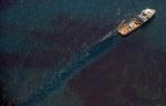 Le 12 juin 2010, un navire participe au nettoyage de la marée noire provoquée par l'explosion de la plateforme pétrolière Deepwater Horizon opérée par le groupe pétrolier britannique BP dans le Golfe du Mexique - Saul Loeb AFP