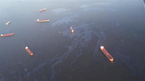 Le déversement de combustible de soute lourd sur les eaux de l'anse Burrard vu du ciel jeudi matin. Crédit photo : Jayson Walker/Twitter