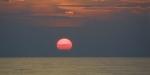 Photo prise en mai 2001 d'un coucher de soleil à 900 milles nautiques (1600 kms) des côtes atlantiques françaises. AFP PHOTO MARCEL MOCHET