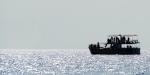 Un bateau de whale-watching dans les eaux du Sud du Sri Lanka, au large de Mirissa le 21 Janvier 2012. Baleines bleues, à bosse, cachalots sont facilement visibles dans ces eaux, durant 6 mois de l'année tandis que la baleine de Bryde se fait plus rare. Sur les 81 espèces de cétacés, 27 peuvent être observées autour de l'île. AFP PHOTO/Ishara S. KODIKARA