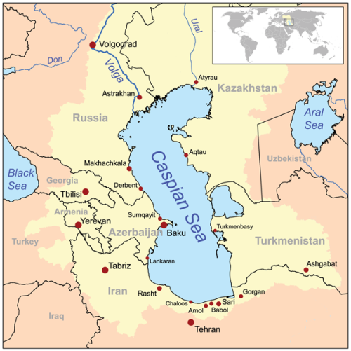 Carte de la mer Caspienne. Les zones en jaunes indiquent les bassins de drainage. Les limites de la mer d'Aral ont changé.