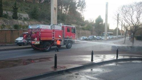 Les sapeurs-pompiers procèdent au nettoyage du mobilier urbain aujourd'hui à Gardanne. © France 3 / Frédéric Renard