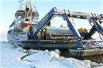 Le brise-glace Atho participe à un exercice pour dégager du pétrole stocké sous la glace, le 5 février 2016 à Tornio (nord de la Finlande)