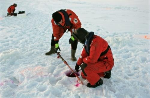 Des spécialistes testent le matériel et leur pratique en cas de marée noire avec du pétrole stocké sous la glace le 5 Février 2016 à Tornio (nord de la Finlande). Photo Sam Kingsley AFP/archives.