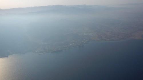Une vue aérienne de la partie supérieure du golfe d'Aqaba dans la matinée du 24 août 2016, un jour après une rupture de canalisation à Aqaba qui a causé la fuite d'environ 200 tonnes de pétrole brut dans la mer Rouge. (Autorisation d'Eli Warburg / Ministère de la Protection et de l'Environnement)